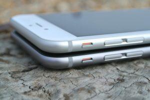 Zwei iPhone 6 übereinander liegend als Veranschauung von iPhone Wiederherstellen / Backup