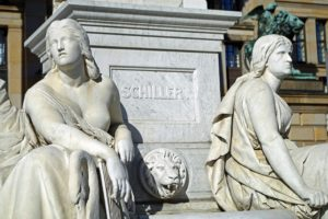 Schiller Statue als Sinnbild für den Schillerkiez in Berlin