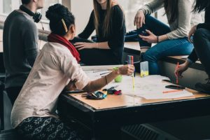 Studienwahl Test: Studenten in der Uni beim lernen und miteinander diskutieren